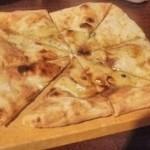 熟成本鮪と熟成黒毛和牛A5と熟成鹿肉の食べ比べ!魚せん - ゴルゴンゾーラと蜂蜜のピザ