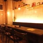 CarneTribe 肉バル - ゆったりと座れるテーブル席