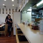 味噌らーめんの店 しなり丸 - 11時、開店直後の店内。