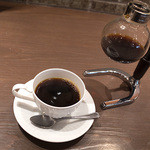 倉式珈琲店 - 「本日のコーヒー」(399円)。サイフォンのフラスコで運ばれてきます。贅沢~!
