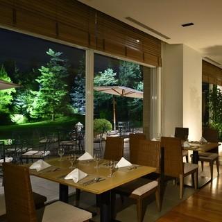緑あふれる景色が楽しめる、開放感のあるガーデンレストラン