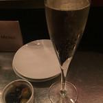 44351692 - スパークリングワインとお通しのオリーブ