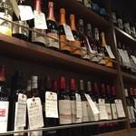 44353559 - 壁にはワインが並んでいます
