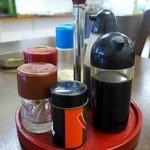 新富食堂 - クルクルと回る丸い台に薬味