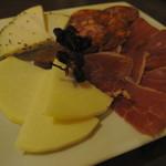 ラス トレス ラマス - チーズとハモンセラーノ盛り合わせ