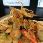 中華酒膳 聖龍 - 蟹、ホタテ貝柱、大きな海老、イカがたっぷりです、パリパリ麺が美味しいです
