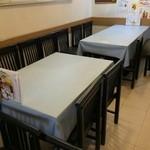 中華酒膳 聖龍 - 奥にはテーブル席が