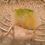 鮨 とかみ - 低温でじっくり熱を入れた北海道産牡蠣と聖護院大根