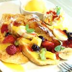 三河屋珈琲 - 果実いっぱいの虹色フレンチトースト(1000円+税)  マンゴー、みかん、パイン、キウイフルーツなどトロピカルな虹色フルーツのトッピングとマンゴーアイス添え。