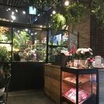 青山フラワーマーケット ティーハウス - お隣りは、花屋!