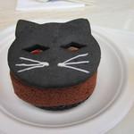 44374026 - もう一人はチョコレートロール600円、こちらもハロウインらしく黒ネコとチョコレートロールケーキとの間のクリームを挟んだ可愛らしいケーキです。