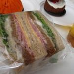 44374027 - 子供達はコーヒーと一緒にサンドイッチも口に運んでました、これはBLTかな?