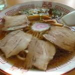かど屋食堂 - スープはどちらかというと節と鶏ガラが強い、塩梅良し