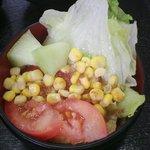 練馬東税務署 食堂 - サラダ メロンも2切れのせた
