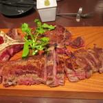 但馬屋 - ステーキの最初はポーターハウスTボーンステーキ16800円、サーロインとフィレの2つの肉が味わえる700gのステーキ、1頭から4、5枚しか取れないポーターハウスを皆で味わいました。