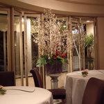レストラン・モリエール - 店内を彩る生花の桜