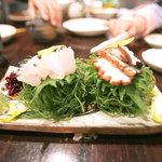 首里乃家 - 沖縄直送鮮魚刺・2点盛り。イラブチャーと島ダコ。つまの海藻をもずく酢に混ぜて食べちゃいました。