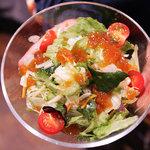 首里乃家 - 島野菜サラダ。シークワサーをゼリー状にしたものが乗っています。ちゅるっちゅるです。