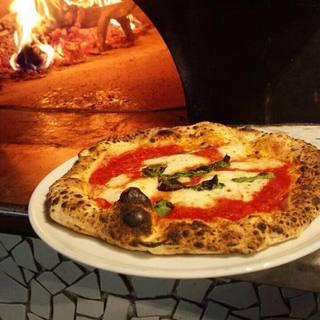 薪窯で焼き上げるピッツァ♪世界大会入賞メニューは必食!