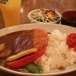 Ikariyakicchin - ランチには、サラダ・スープ・ドリンクが付きます(ドリンクはセルフサービスで飲み放題)