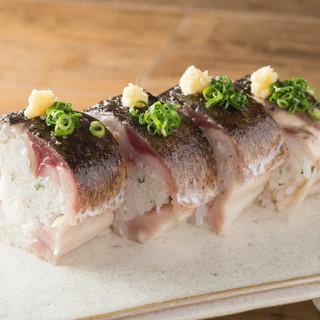 炙りの香ばしさ、〆鯖の棒寿司。