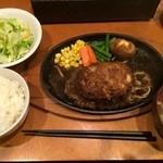 タカサキハンバーグ - 友人は同じサイズのハンバーグでも和風おろしソースとお味噌汁のセットです、こちらはジンジャーソースではないからもやしではなくポテトが乗ってます。