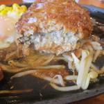 タカサキハンバーグ - ハンバーグを少しカットすると中から肉汁がトロトロと流れ出してきます、これぞハンバーグの醍醐味ですね。