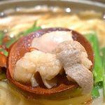 めんちゃんこ亭 - ビジュアルはまさに『もつ鍋』です。       ニラやキャベツもしっかり搭載されていて、スープ(めんちゃんこの場合はソップ)に旨みを与えています。