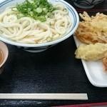 44436539 - かけ(中)+ちく天+かき揚げ+鶏のからあげ   玄米茶付