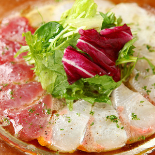 鮮魚のカルパッチョ、殻付き生牡蠣など海鮮料理が豊富