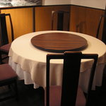 成都飯店 - ご家族連れのお客様にも、円卓を囲みながら気軽にお食事していただけます。