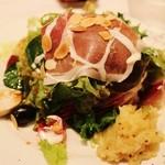 バンブードール - 前菜 生ハム、鶏燻製、サーモンなどのサラダ仕立て
