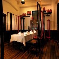 白碗竹快樓 - 一階奥の背もたれの高い椅子が特徴的な個室。12名様迄のお集まりにどうぞ。