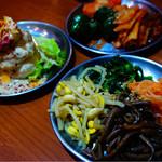 大阪焼肉・ホルモン ふたご - 前菜:キムチ盛り合わせ、ナムル盛り合わせ、ポテトサラダ