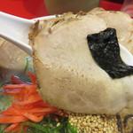 長浜御殿 - イマドキのとろけるチャーシューや炙りチャーシューの対局にある、昔ながらの肉です。 味も薄いし、脂身が少ないので、ヘルシーっちゃぁヘルシーです。 それにつけても、海苔が小さい(笑)。