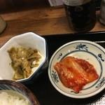 魚八 - 小鉢のザーサイとキムチ