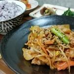 茶寮 おもだか - 料理写真:赤定食メイン:豆もやしと豚肉のピリ辛蒸し