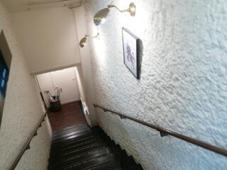 さえら - 入口から階段を下りる