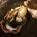 かき処 七商店 - 蒸し牡蠣(殻の割に大きなもの)