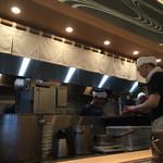 松戸富田製麺 - 厨房の様子