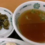 日高屋 - 日高屋 西葛西北口店 生姜焼き定食に付くスープと胡瓜の漬物