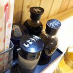 市場のめし屋 浜ちゃん - 醤油、タタキのたれ、刺身醤油、丼のたれ、それぞれ別に用意がある