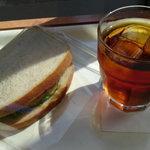 ブーランジェリー ルフレ - 天然酵母のサンドイッチとアイスティー