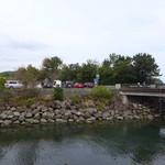 風工房 - 川の向こうに駐車場