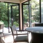 44481375 - 2015/10 ガラス窓に囲まれ、天窓もあるので明るいテラス席は大人気