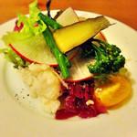 サニー フード カフェ アンド ミュージック - 温野菜と赤大根、ブロッコリー、 たまねぎのサラダ。