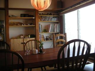 あぐり - 入口側テーブル席と本棚