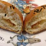メロンパンファクトリー - もちっと明太チーズの断面