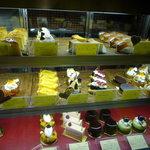 Rue Favart - ショーケースの中には美味しそうなケーキがたくさん♪