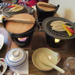瓦そば本店 お多福 - 先ずはお鍋とフグの鉄板焼きに火を点けて料理の出来あがりを待ちました